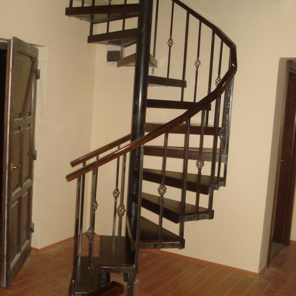 Placare structura de metal in spirala cu trepte din lemn de fag imbinat in dinti .